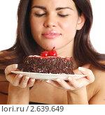 Купить «Девушка с тортом», фото № 2639649, снято 17 декабря 2009 г. (c) Иван Михайлов / Фотобанк Лори