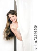 Девушка выглядывает из-за шторы. Стоковое фото, фотограф Маргарита Бородина / Фотобанк Лори