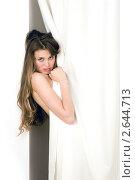 Девушка выглядывает из-за белой шторы. Стоковое фото, фотограф Маргарита Бородина / Фотобанк Лори