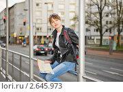 Купить «Девушка с картой города выбирает маршрут», фото № 2645973, снято 22 июля 2018 г. (c) Маргарита Бородина / Фотобанк Лори
