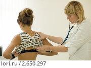 Купить «Врач обследует пациентку», фото № 2650297, снято 30 июня 2011 г. (c) Яков Филимонов / Фотобанк Лори