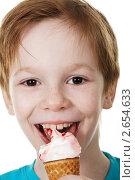 Купить «Мальчик с мороженым», фото № 2654633, снято 16 октября 2018 г. (c) Елена Вишневская / Фотобанк Лори