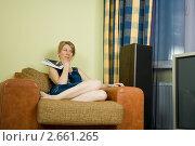 Купить «Девушка с журналом в руках на кресле», фото № 2661265, снято 29 мая 2011 г. (c) Михаил Ворожцов / Фотобанк Лори