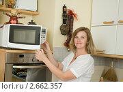 Купить «Беременная женщина готовит в микроволновой печи», фото № 2662357, снято 29 мая 2011 г. (c) Михаил Ворожцов / Фотобанк Лори