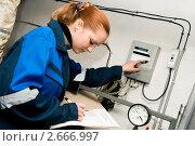 Купить «Девушка контролирует работу оборудования», фото № 2666997, снято 18 октября 2018 г. (c) Дмитрий Калиновский / Фотобанк Лори