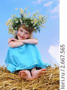 Купить «Девочка в венке из ромашек на сене», фото № 2667565, снято 14 ноября 2019 г. (c) Дмитрий Калиновский / Фотобанк Лори