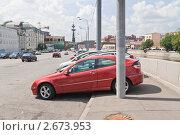 Купить «Москва. Парковка автомобилей на Якиманской набережной», эксклюзивное фото № 2673953, снято 20 июля 2011 г. (c) Lora / Фотобанк Лори