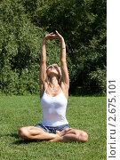 Купить «Девушка выполняет гимнастическое упражнения на траве», фото № 2675101, снято 21 июля 2011 г. (c) Михаил Иванов / Фотобанк Лори