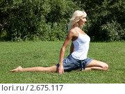 Купить «Девушка выполняет гимнастическое упражнения на траве», фото № 2675117, снято 21 июля 2011 г. (c) Михаил Иванов / Фотобанк Лори