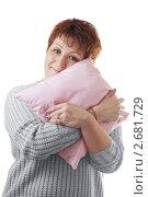Купить «Женщина обнимает розовую подушку», фото № 2681729, снято 26 мая 2019 г. (c) AlphaBravo / Фотобанк Лори