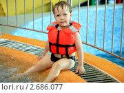 Мальчик в бассейне,в спасательном жилете. Стоковое фото, фотограф линара ковальчук / Фотобанк Лори