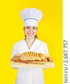 Купить «Женщина-повар с нарезанным хлебом», фото № 2687757, снято 11 апреля 2010 г. (c) Яков Филимонов / Фотобанк Лори