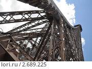 Металлическая  конструкция Эйфелевой башни. Париж. Франция (2010 год). Стоковое фото, фотограф Анжелика Сеннова / Фотобанк Лори
