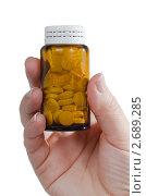 Купить «Стеклянный пузырёк с таблетками в руке», фото № 2689285, снято 14 мая 2011 г. (c) Воронин Владимир Сергеевич / Фотобанк Лори