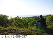 Мужчина у обрыва смотрит на море. Стоковое фото, фотограф Елена Рубанова / Фотобанк Лори
