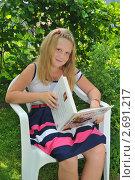 Купить «Девочка читает книгу», эксклюзивное фото № 2691217, снято 23 июля 2011 г. (c) Юрий Морозов / Фотобанк Лори