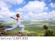 Купить «Женщина занимается гимнастикой на краю скалы», фото № 2691833, снято 28 июля 2011 г. (c) Анатолий Типляшин / Фотобанк Лори