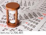 Песочные часы на листах календаря. Стоковое фото, фотограф Воронин Владимир Сергеевич / Фотобанк Лори