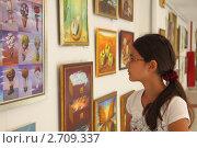 Купить «Девочка на выставке картин», фото № 2709337, снято 9 августа 2011 г. (c) Дорощенко Элла / Фотобанк Лори