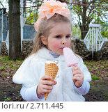 Купить «Красивая девочка ест мороженое», фото № 2711445, снято 7 мая 2011 г. (c) Александра Петровичева / Фотобанк Лори