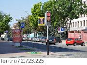 Купить «Светодиодный плоский автомобильный и пешеходный светофор в Гомеле (улица Коммунаров)», эксклюзивное фото № 2723225, снято 16 июля 2011 г. (c) Дмитрий Абушкин / Фотобанк Лори
