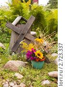 Купить «Букет полевых цветов и деревянная мельница», фото № 2723337, снято 14 августа 2011 г. (c) Ольга Аристова / Фотобанк Лори