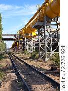 Газопровод высокого давления рядом с железной дорогой. Стоковое фото, фотограф Кекяляйнен Андрей / Фотобанк Лори