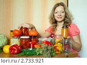Купить «Девушка делает соленья», фото № 2733921, снято 15 августа 2011 г. (c) Яков Филимонов / Фотобанк Лори