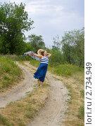 Беременная женщина идет по проселочной дороге. Стоковое фото, фотограф Gagara / Фотобанк Лори