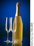 Два бокала и бутылка вина на синем фоне. Стоковое фото, фотограф Elnur / Фотобанк Лори