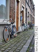 Велосипеды на улице города Брюгге. Бельгия (2011 год). Редакционное фото, фотограф Илюхин Илья / Фотобанк Лори