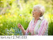 Купить «Пожилая женщина с одуванчиком», фото № 2741033, снято 30 мая 2009 г. (c) Gravicapa / Фотобанк Лори