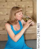 Купить «Беременная женщина пьет рассол, сидя на полу», фото № 2741461, снято 23 июня 2011 г. (c) Ирина Борсученко / Фотобанк Лори