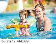 Купить «Мама с дочкой в бассейне», фото № 2744389, снято 22 мая 2018 г. (c) Дмитрий Калиновский / Фотобанк Лори