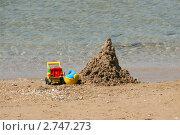 Купить «Песчаный замок и детские игрушки на берегу моря», эксклюзивное фото № 2747273, снято 11 августа 2011 г. (c) Щеголева Ольга / Фотобанк Лори