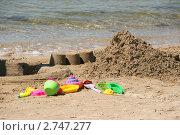 Купить «Песчаный замок, куличики и яркие детские пластмассовые игрушки на берегу моря», эксклюзивное фото № 2747277, снято 11 августа 2011 г. (c) Щеголева Ольга / Фотобанк Лори