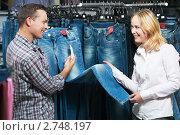 Купить «Молодая пара в магазине одежды», фото № 2748197, снято 28 сентября 2018 г. (c) Дмитрий Калиновский / Фотобанк Лори