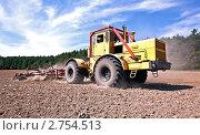 Купить «Трактор обрабатывает почву», фото № 2754513, снято 19 августа 2011 г. (c) Вадим Ратников / Фотобанк Лори