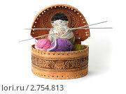Клубки ниток для вязания в берестяном лукошке. Стоковое фото, фотограф Клыкова Инна / Фотобанк Лори