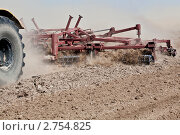 Купить «Обработка почвы», фото № 2754825, снято 19 августа 2011 г. (c) Вадим Ратников / Фотобанк Лори