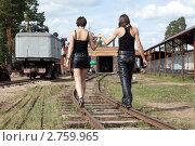Купить «Влюблённая пара идет по рельсам», фото № 2759965, снято 27 августа 2011 г. (c) Михаил Иванов / Фотобанк Лори