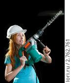 Купить «Молодая женщина в строительной каске и промышленным перфоратором в руках на черном фоне», фото № 2762761, снято 4 октября 2009 г. (c) Куликов Константин / Фотобанк Лори