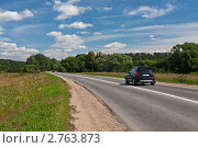 Купить «Легковой автомобиль в солнечный день на дороге уходящей вдаль», фото № 2763873, снято 3 августа 2011 г. (c) Родион Власов / Фотобанк Лори