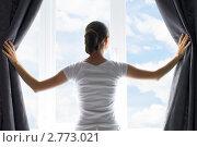 Купить «Девушка раздвигает шторы», фото № 2773021, снято 28 августа 2011 г. (c) Константин Юганов / Фотобанк Лори