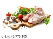 Сырое мясо со специями и овощами на разделочной доске, белый фон. Стоковое фото, фотограф Лилия / Фотобанк Лори