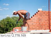 Купить «Строитель  кладет красный кирпич», фото № 2778169, снято 8 августа 2011 г. (c) Володина Ольга / Фотобанк Лори