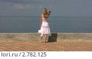 Купить «Женщина смотрит на море», видеоролик № 2782125, снято 21 августа 2011 г. (c) Иван Полушкин / Фотобанк Лори