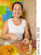 Купить «Женщина готовит мясо, фаршированное овощами», фото № 2793165, снято 15 октября 2010 г. (c) Яков Филимонов / Фотобанк Лори