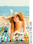 Купить «Девушка на пляже в шляпе читает электронную книгу», фото № 2796105, снято 3 августа 2011 г. (c) Даша Богословская / Фотобанк Лори