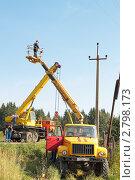 Использование техники бригадой электриков при работе на высоте (2011 год). Редакционное фото, фотограф Сергей Соболев / Фотобанк Лори